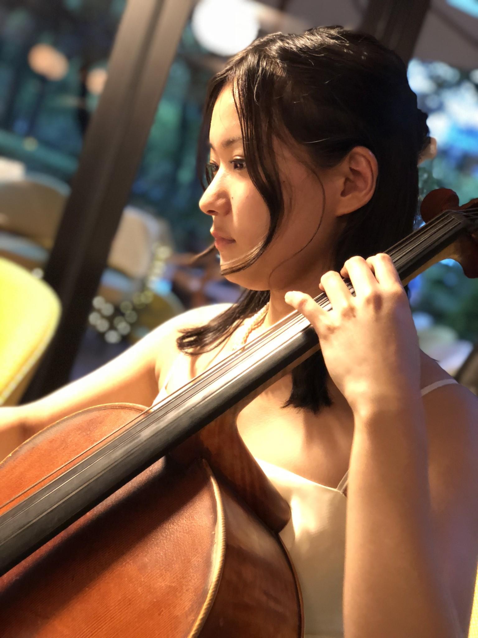 クラシック演奏でした。美人チェロ奏者です