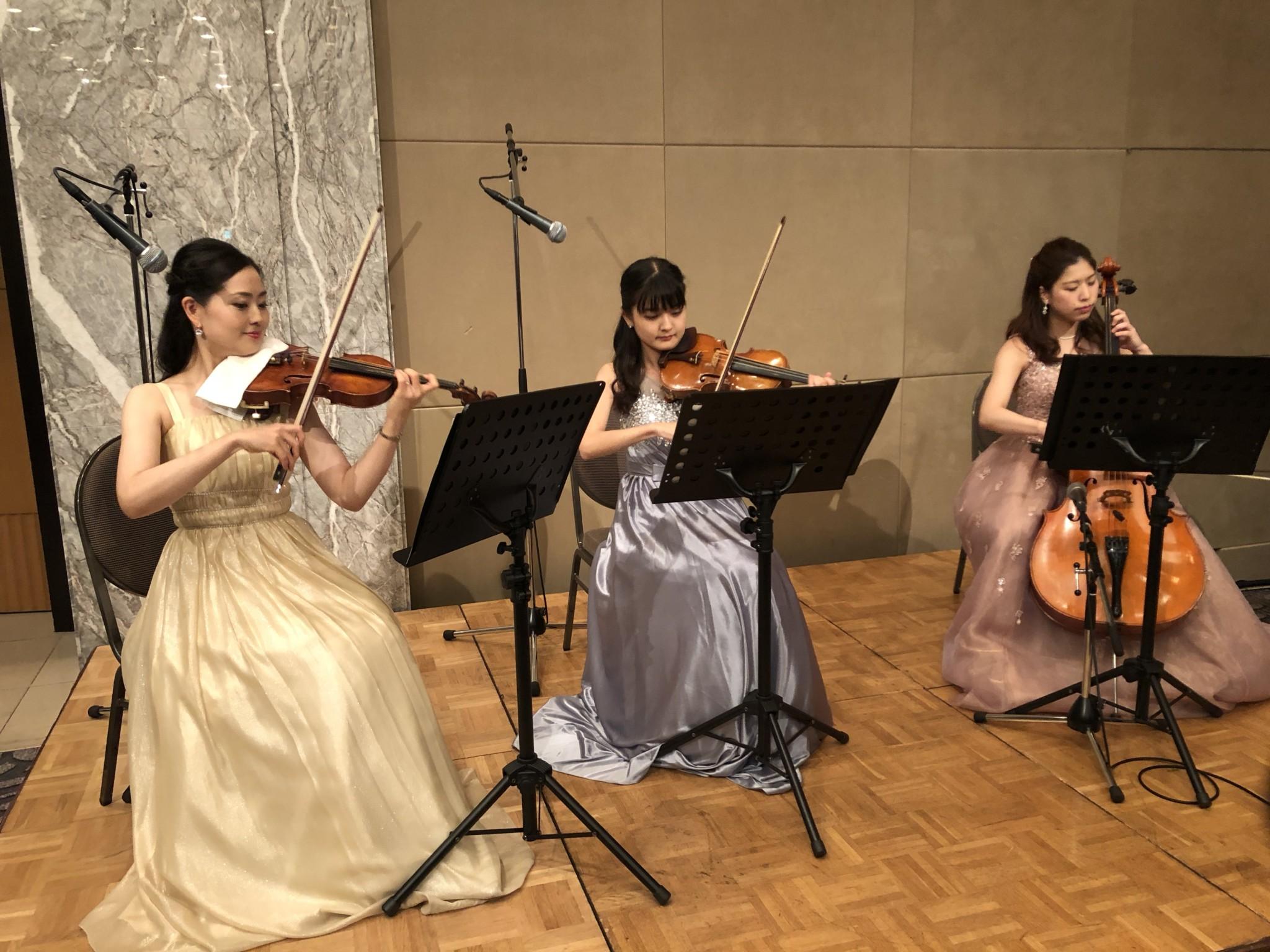 ヴァイオリン2名とチェロの弦楽三重奏演奏でした