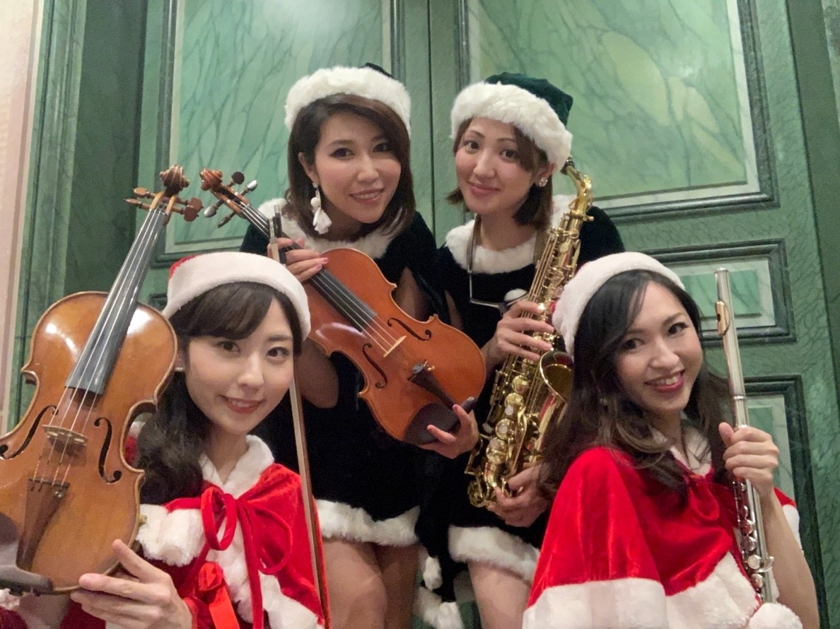 余興演奏は、サンタの衣装で盛り上げます