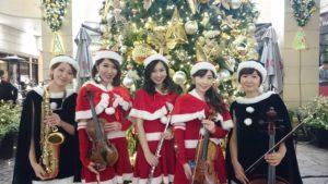 クリスマス曲を中心に練り歩き演奏しました