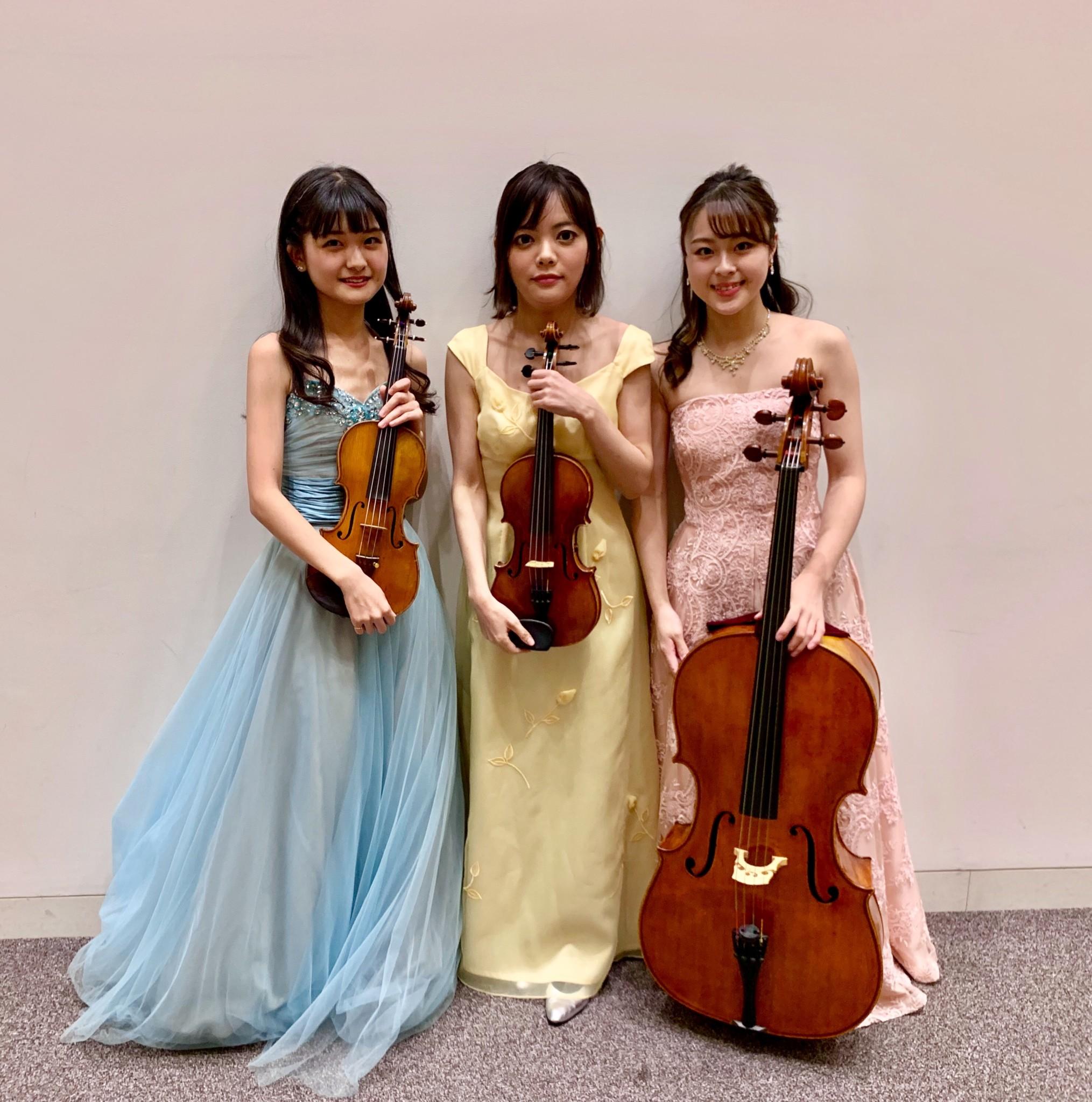 ヴァイオリン2名、チェロで生演奏でした