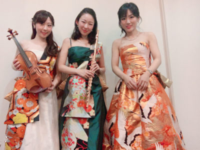 フルート、ヴァイオリン、ピアノの美人演奏家の三重奏です