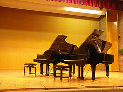 グランドピアノ二台のステージ