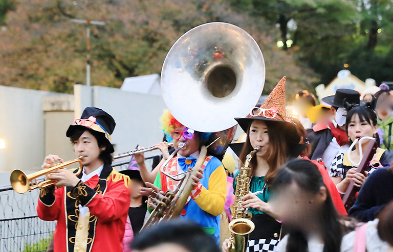 笑顔広がるパレード・大道芸生演奏