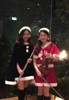 ヴァイオリンとフルートの美人演奏家のサンタ衣装です