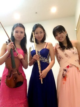 ヴァイオリン、フルート、ピアノの生演奏でした