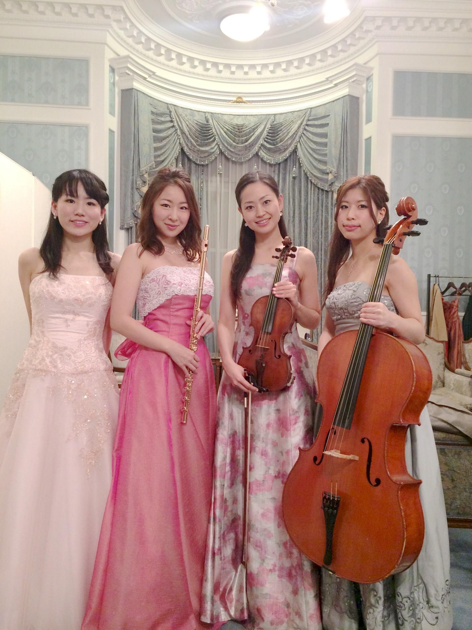 フルート、ヴァイオリン、チェロ、ピアノの四重奏でコンサート生演奏でした
