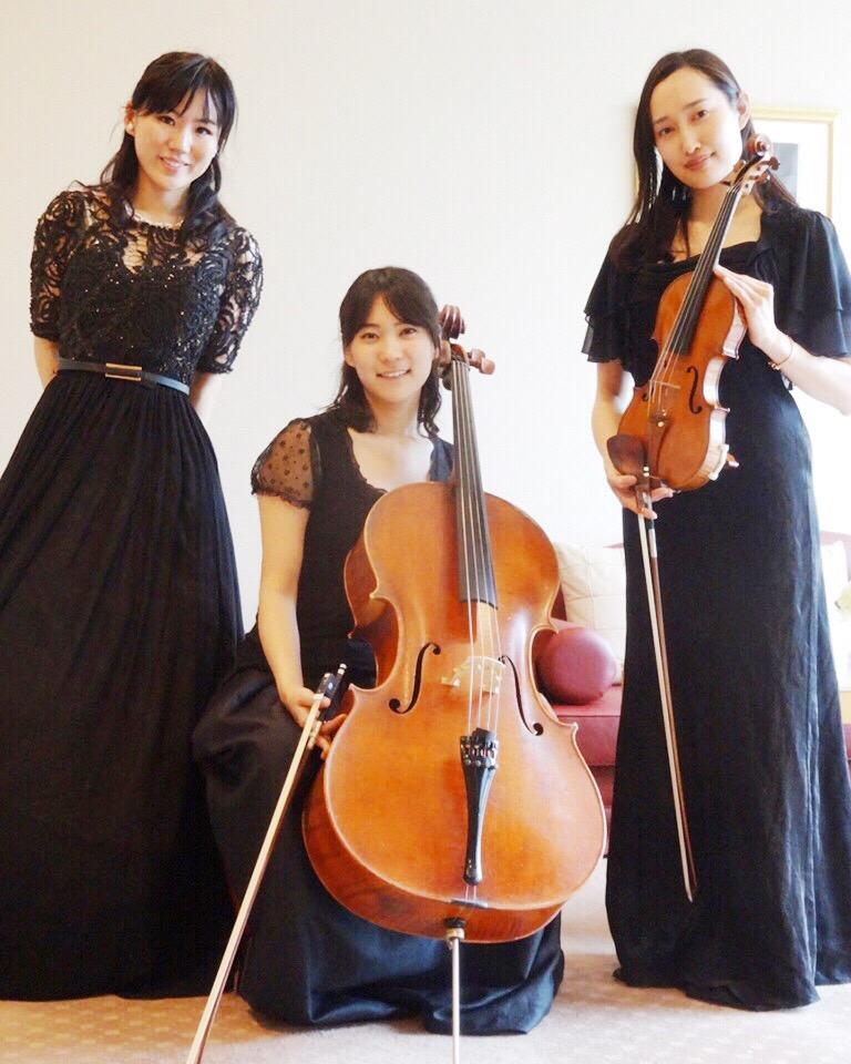 ヴァイオリン、チェロ、ピアノの三重奏で生演奏でした