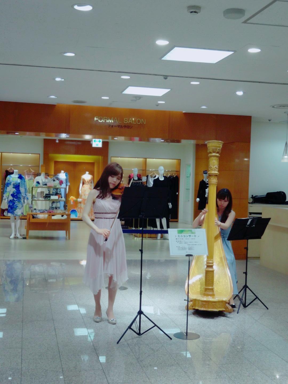 東急本店様にてハープとヴァイオリン生演奏でした