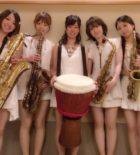 美人サックス奏者とパーカッションの5名のクラウンシンフォニーです