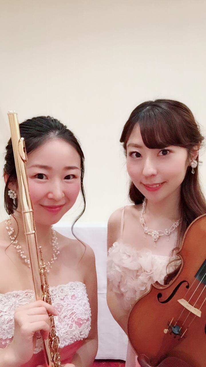 フルートとヴァイオリンの美人演奏家ユニットです