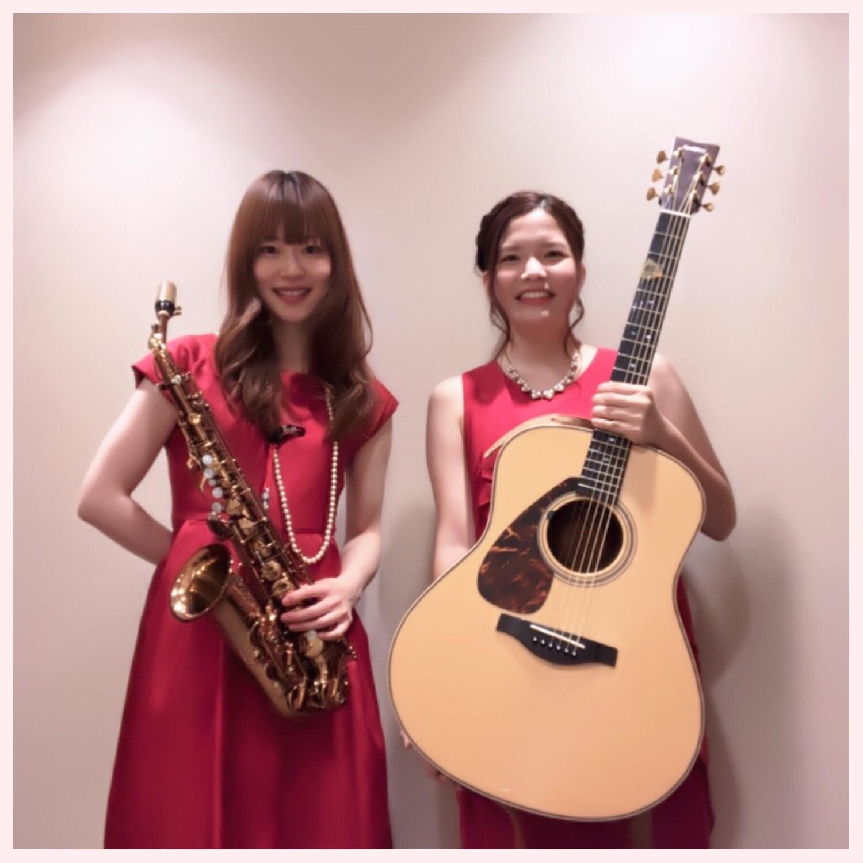 赤い衣装でジャズ二重奏演奏でした