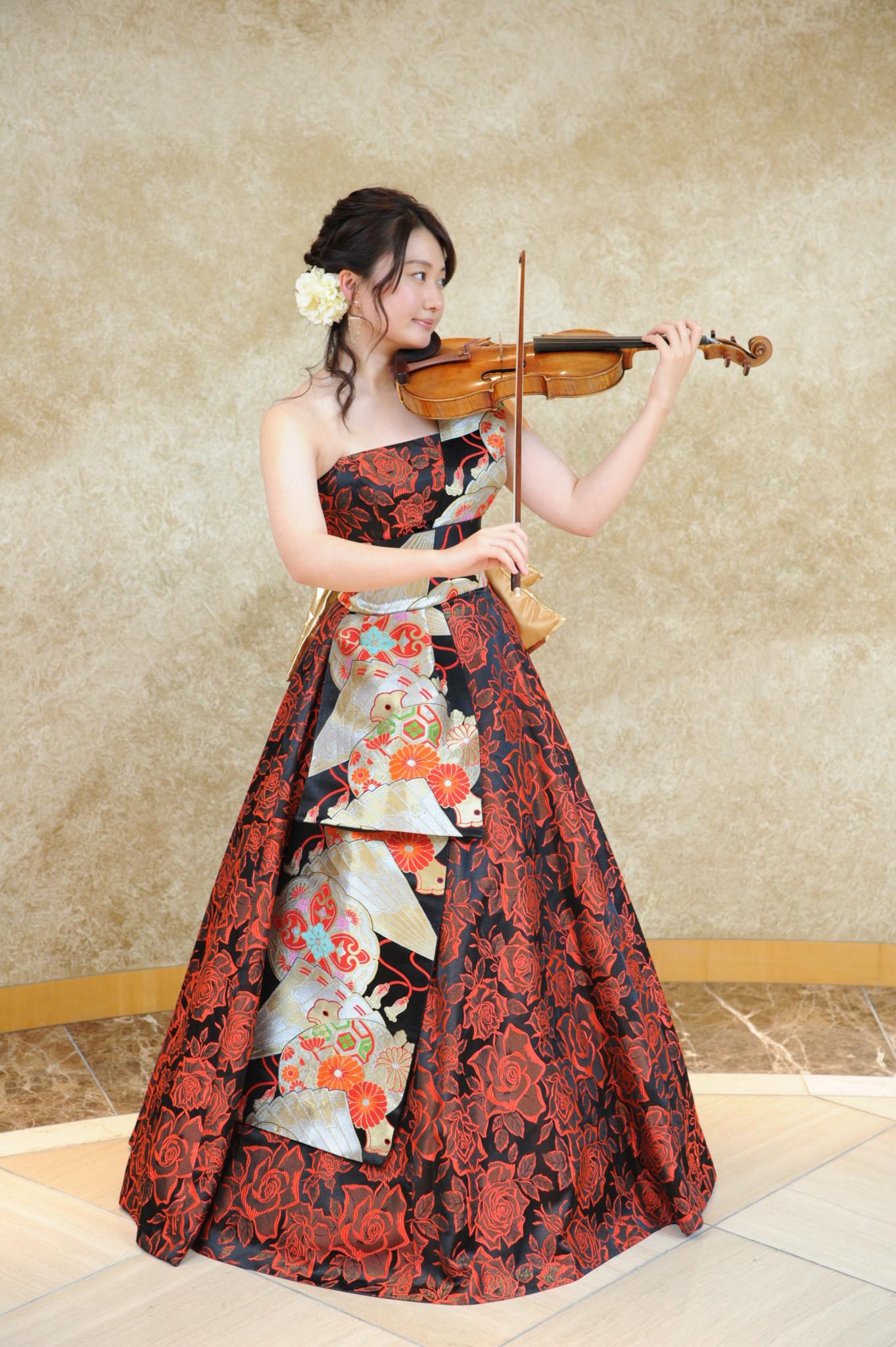 なでしこオーケストラの和ドレスの華やかなヴァイオリン奏者