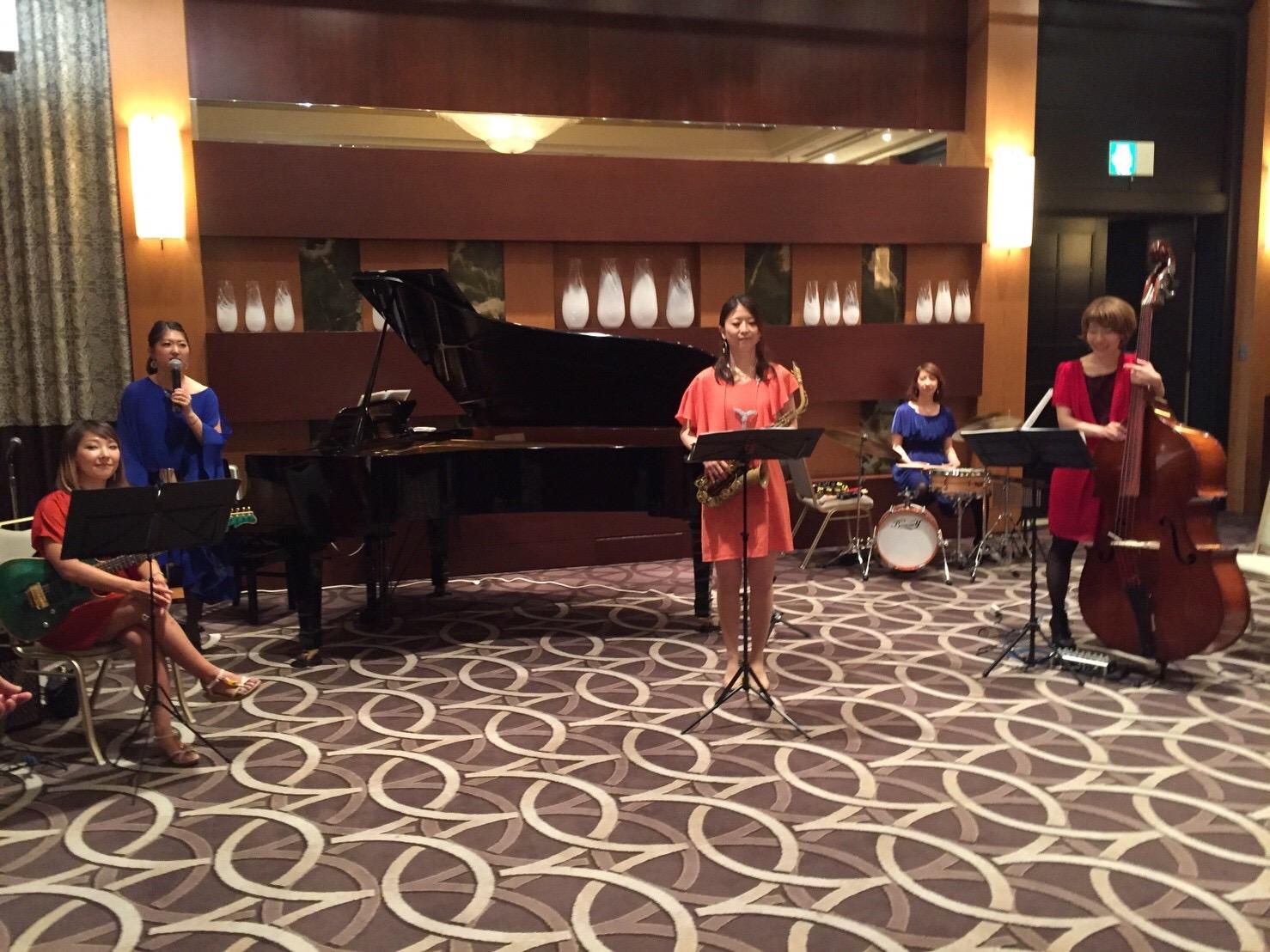 サックス、ギター、ピアノ、ベース、ドラムの女性ユニットでジャズ生演奏でした