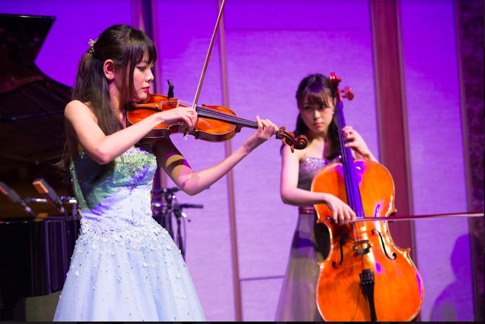 ヴァイオリンとチェロの美人奏者です