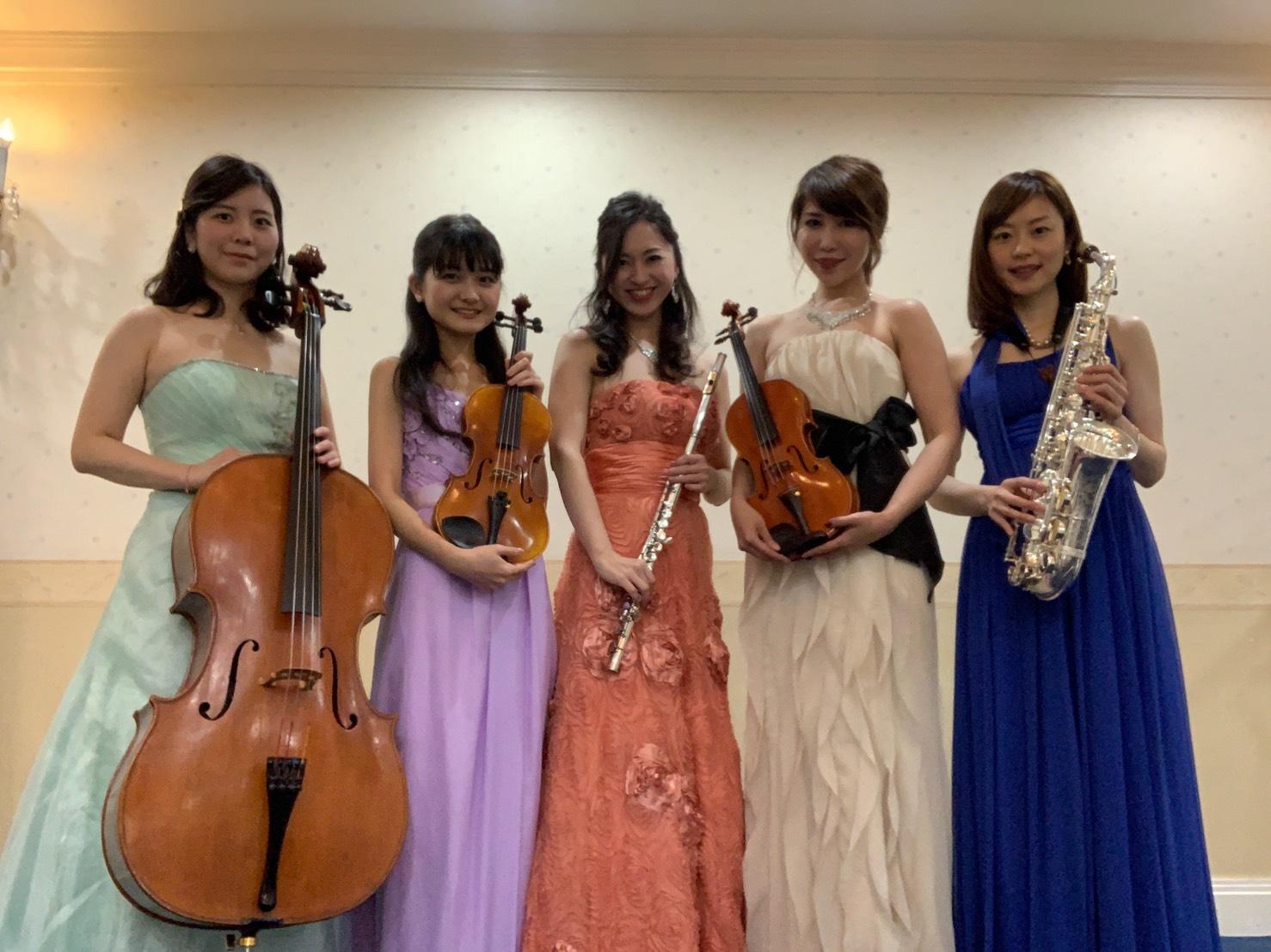 華やかなロングドレスでBGM演奏でした