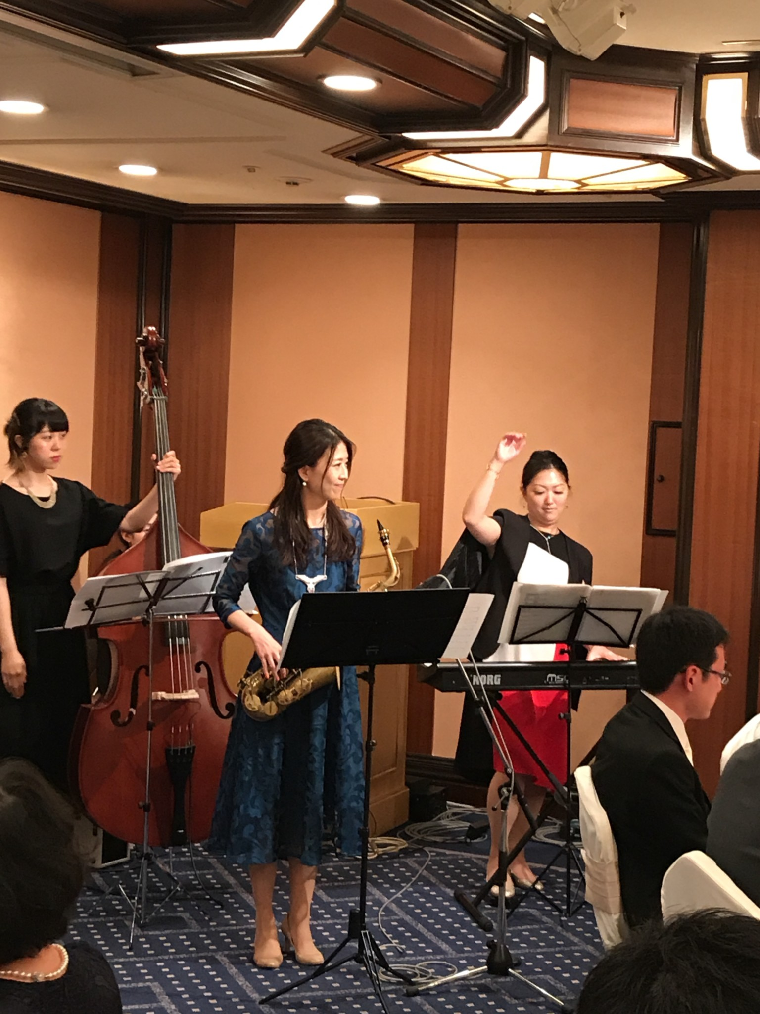 美人演奏家のスイングトリオでジャズ生演奏