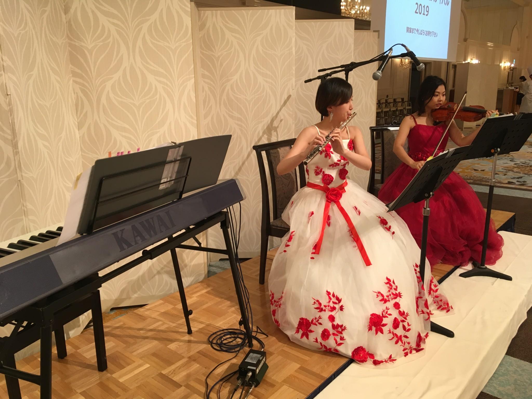 フルート、ヴァイオリン、ピアノで生演奏でした