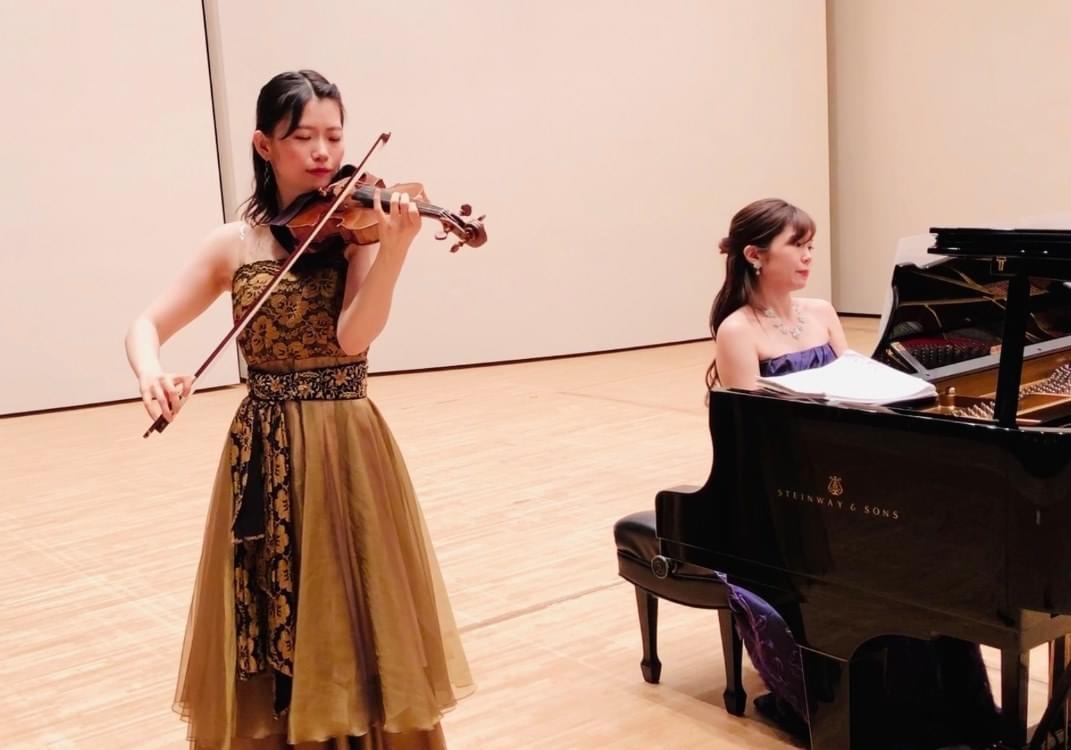 ヴァイオリンとピアノの二重奏で生演奏でした